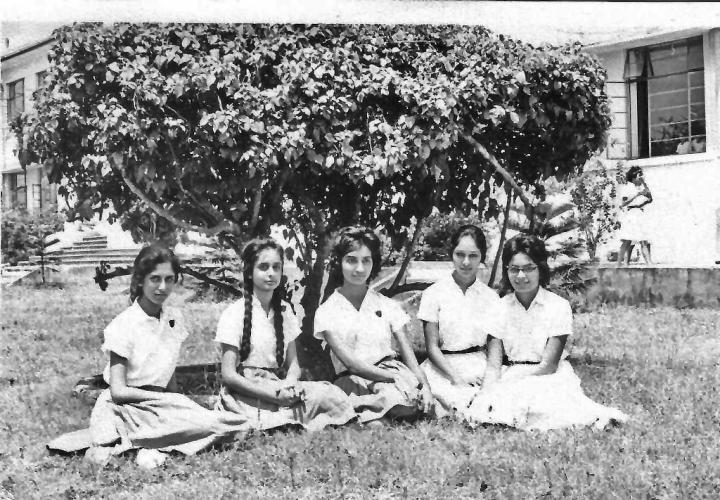 Nurjehan Mawani (à gauche) avec ses camarades de classe à l'école secondaire Aga Khan à Mombasa, Kenya en 1963. Crédit : Offert à titre gracieux par Nurjehan Mawani.
