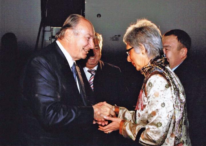 Mme Mawani reçoit Son Altesse l'Aga Khan à Bishkek au Kyrgystan, lors de sa visite de l'Asie centrale pour célébrer son jubilé d'or en novembre 2008. Crédit : Offert à titre gracieux par Nurjehan Mawani.